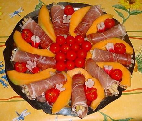 Jambon de parme et ses rayons de soleil - Melon jambon cru presentation ...